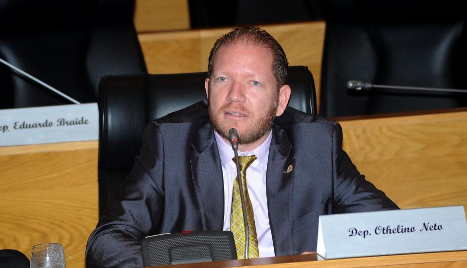 Othelino Neto sai em defesa do genro de doador de campanha de Dino