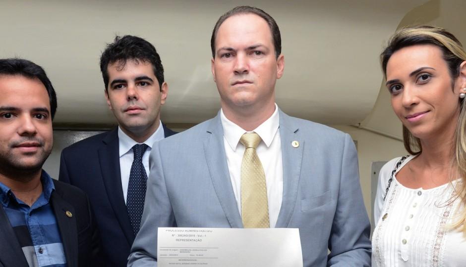 De apenas quatro deputados, oposição deixa governo em situação desconfortável na AL