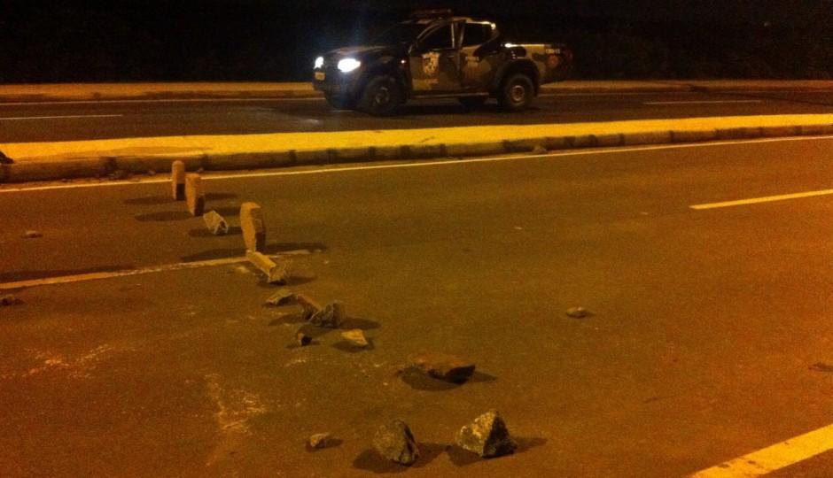 Em São Luís, bandidos espalham pedras na IV Centenário para facilitar assaltos