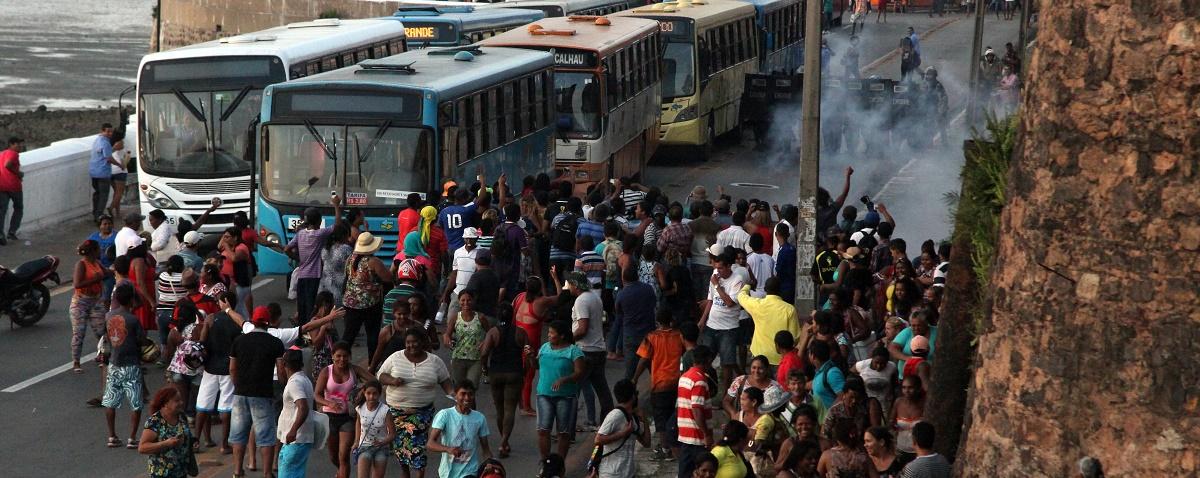 Flávio Dino recebe manifestantes com bombas de efeito moral e spray de pimenta