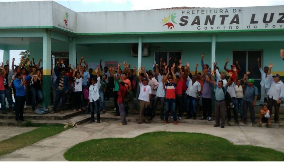 Santa Luzia do Tide: População tenta entregar propostas populares, mas prefeito foge