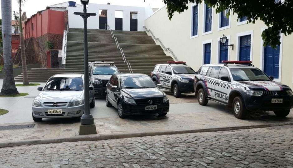 Em São Luís, Praça Nauro Machado vira estacionamento da Cúpula da PM-MA