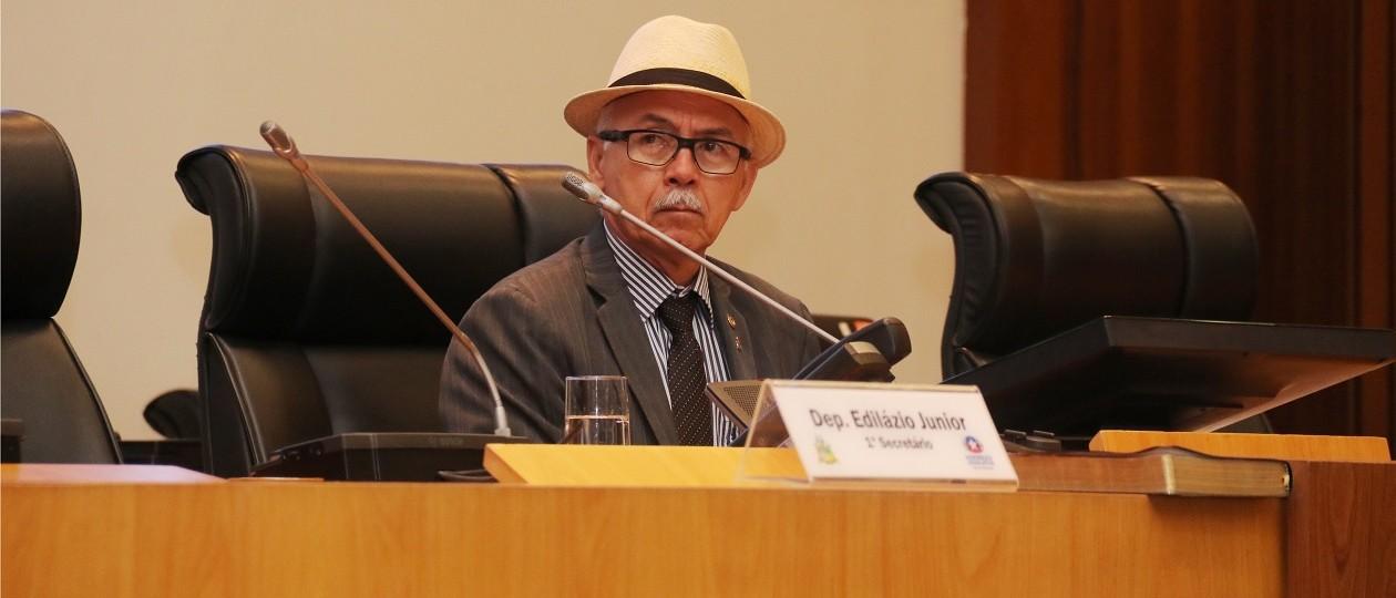 Fernando Furtado preside sessão da AL-MA após levar prêmio de 'Racista do Ano'