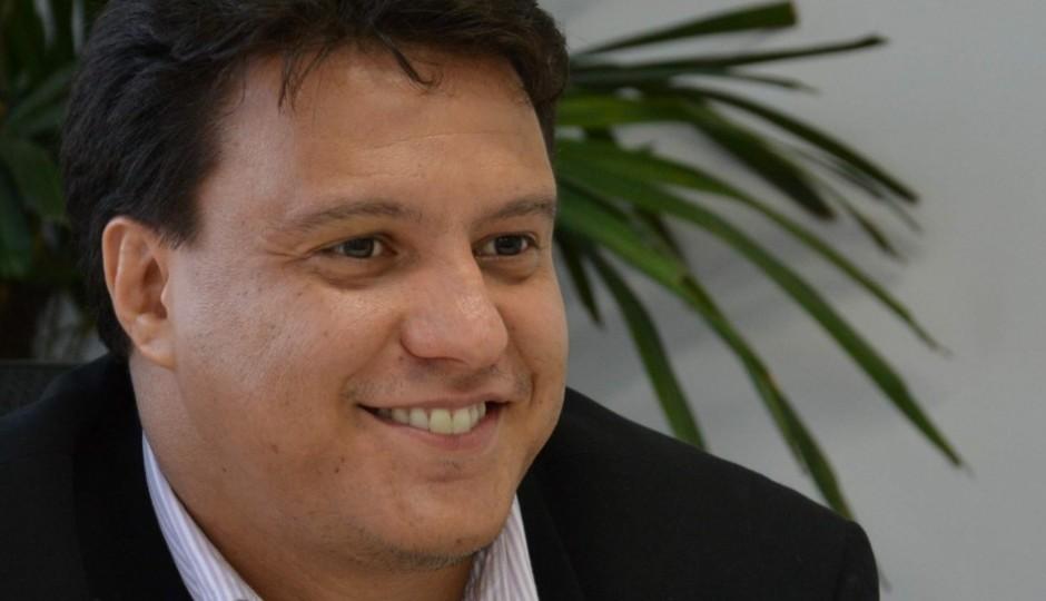 Falta de quadros no governo transforma Felipe Camarão em tapa-buracos