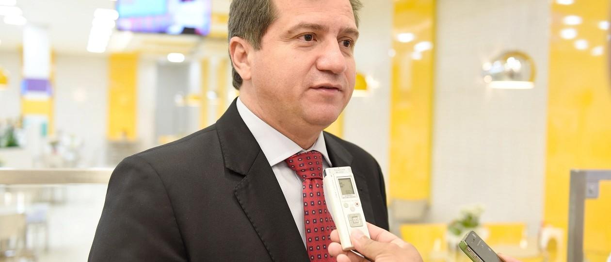 Relatório aponta que Simplício Araújo assinou contrato superfaturado em mais de 50%