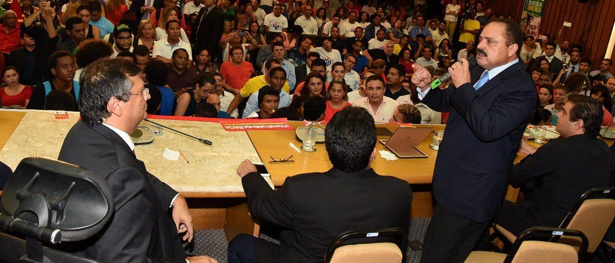 Aliado, Dino silencia sobre emprego fantasma e feudo de Maranhão em seu governo