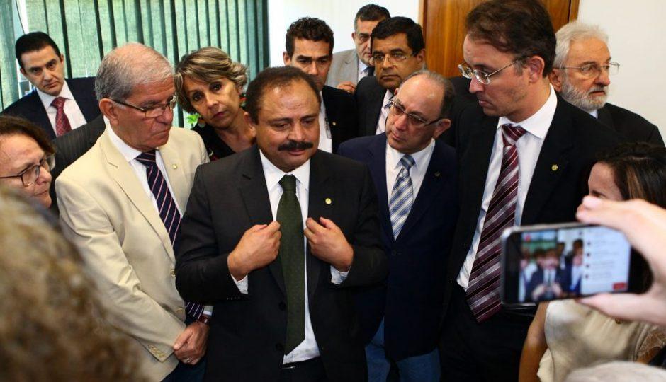 Eduardo Cunha age para manter Waldir Maranhão no cargo