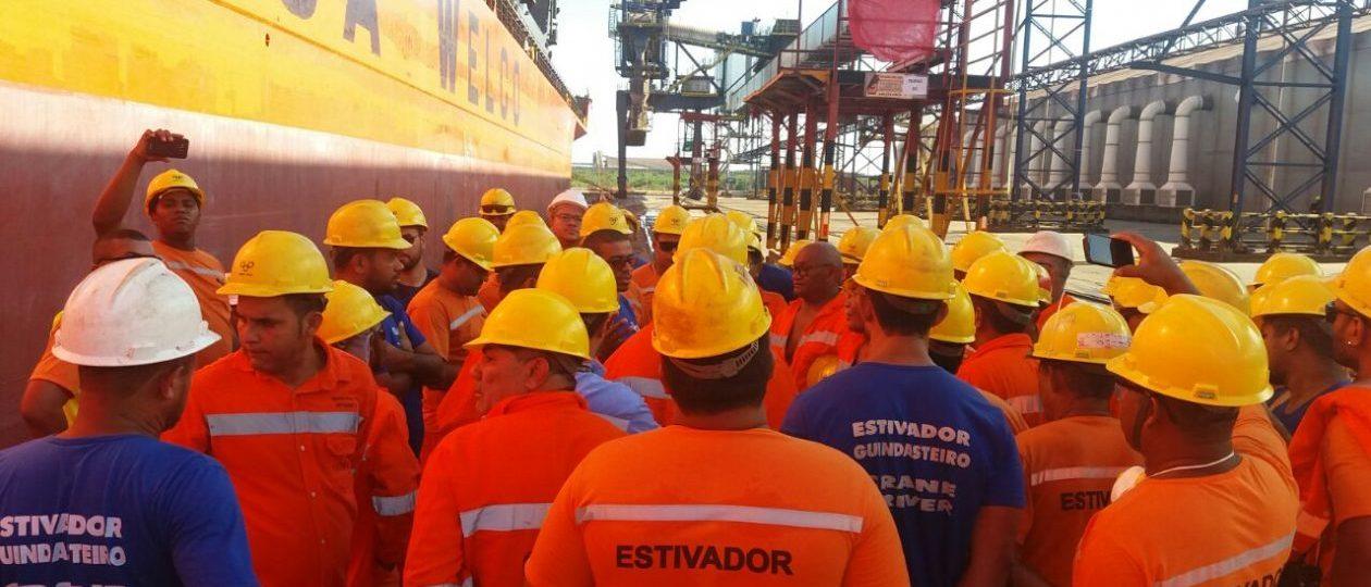 Estivadores paralisam atividades em protesto no Porto do Itaqui