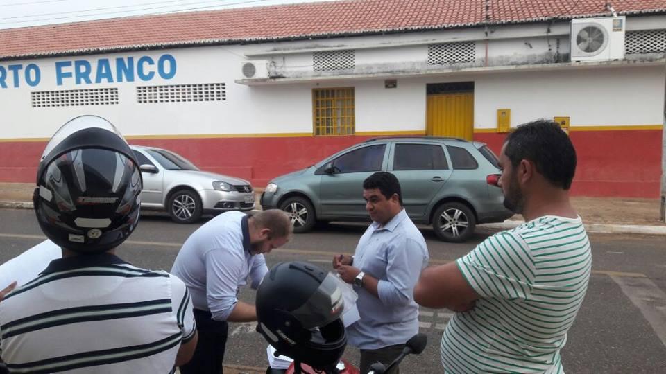 Em Porto Franco, relatórios de transição são entregues no meio da rua
