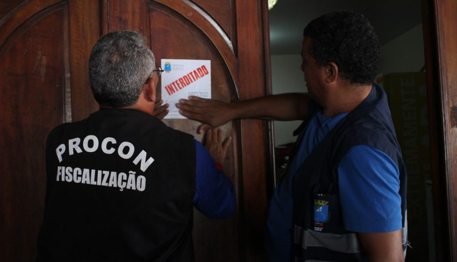 """Procon e Vigilância interditam restaurante """"O Capote"""" por má conservação de alimentos"""