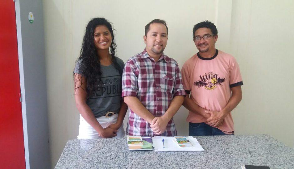 Atleta da Seleção de Beach Handball visita Coordenação de Juventude