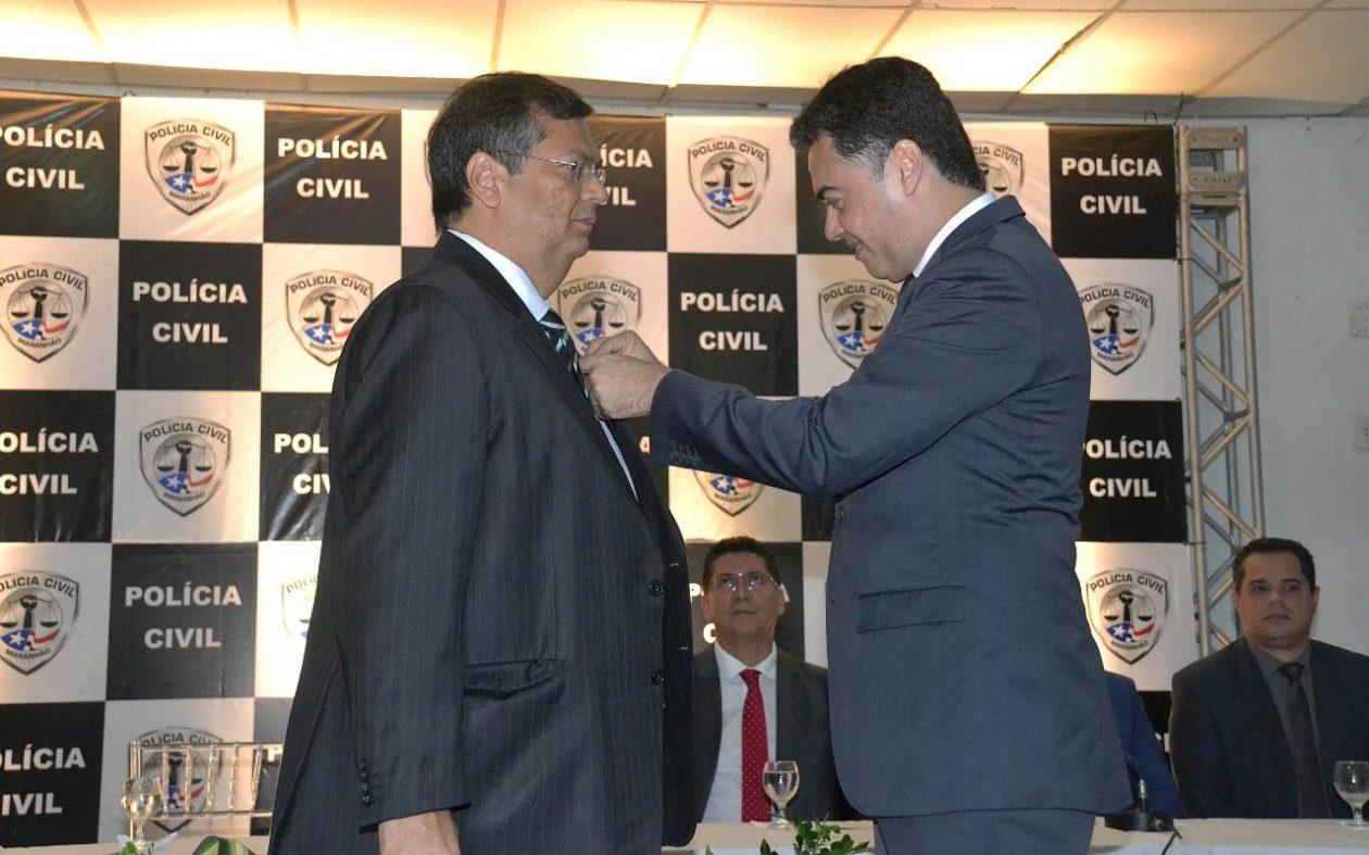 Flávio Dino se auto condecora com medalha da Polícia Civil