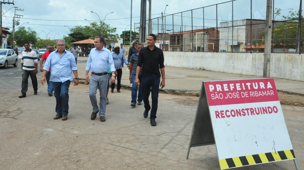 Luis Fernando visita bairros e fiscaliza execução de obras em Ribamar