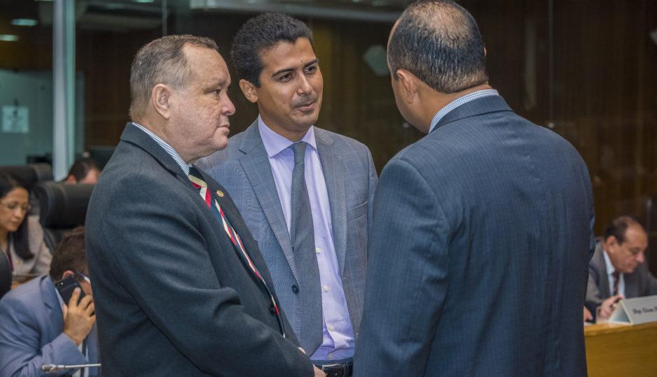 Deputados aprovam projeto inconstitucional que homenageia Coutinho