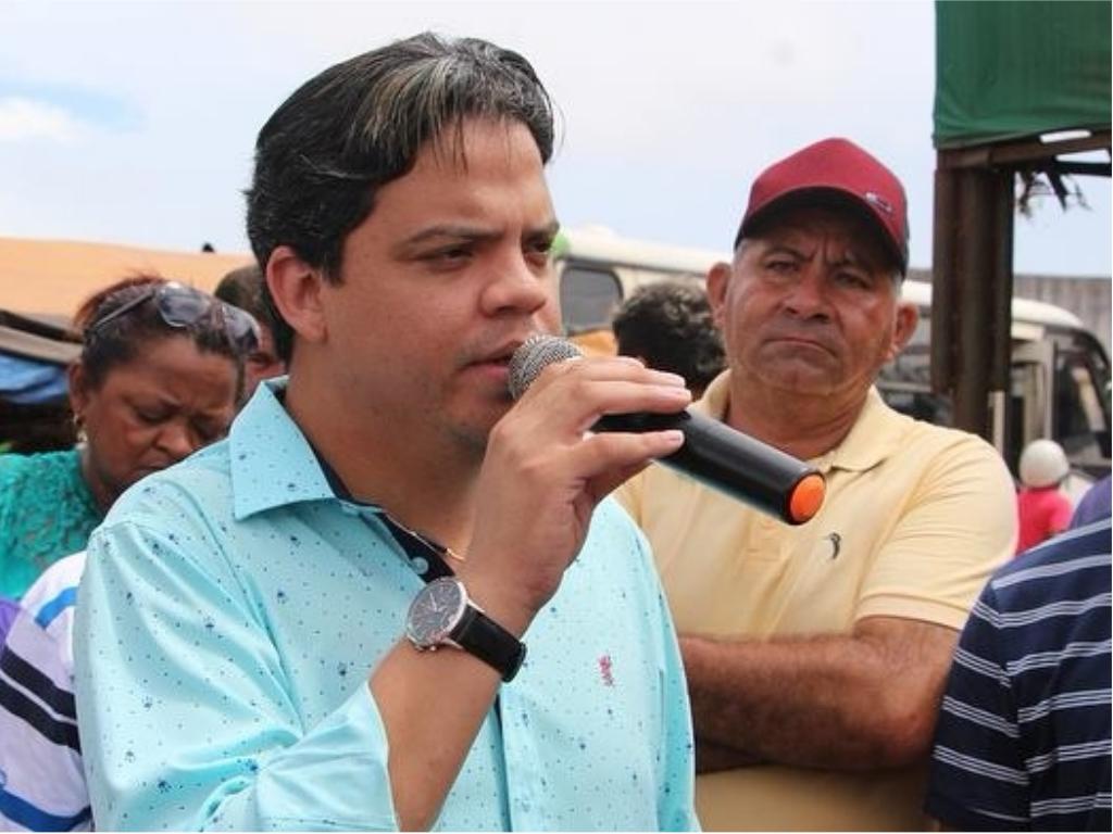 Luciano assina OS para reconstrução da Feira Municipal de Pinheiro