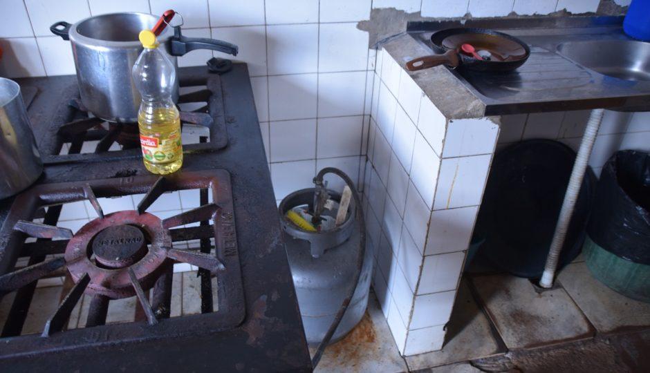 Em São Luís, merenda escolar é preparada ao lado de ralo de esgoto aberto