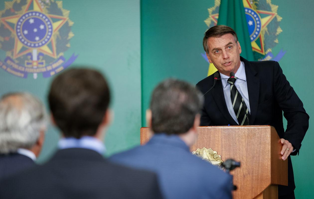 Jair Bolsonaro assina decreto que facilita posse de armas