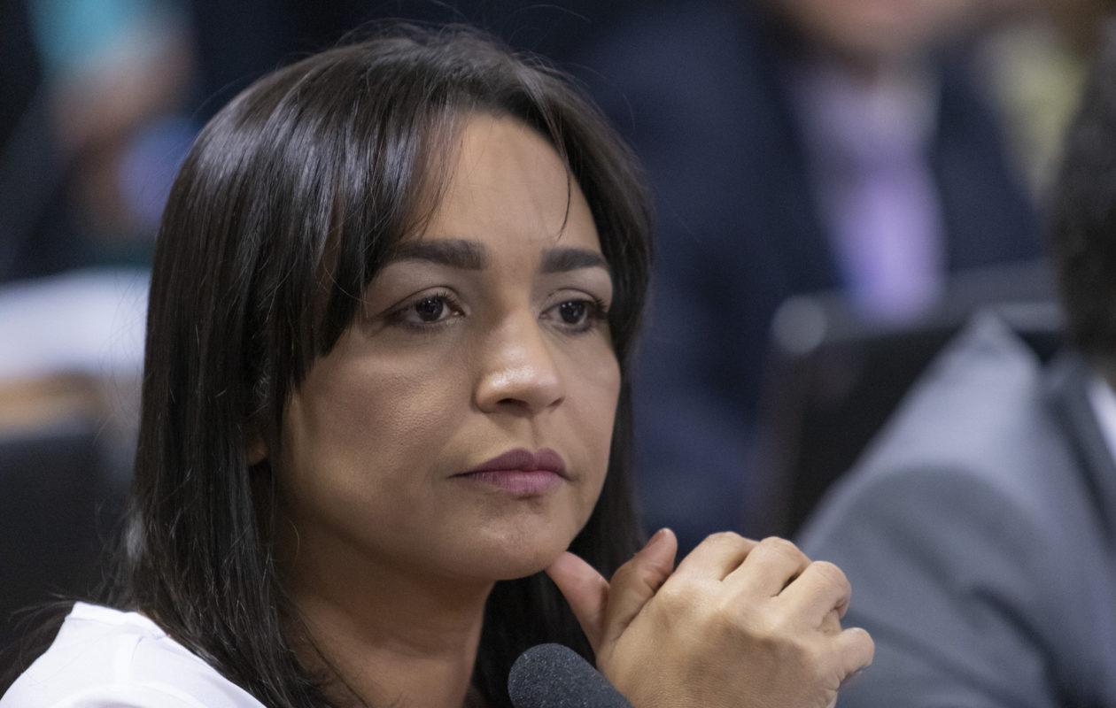 Liberação de cultos presenciais em meio à alta da pandemia contou com lobby de Eliziane Gama
