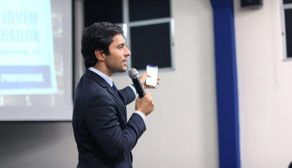 Em palestra sobre educação e democracia, Duarte Jr usa fake news e ataca imprensa