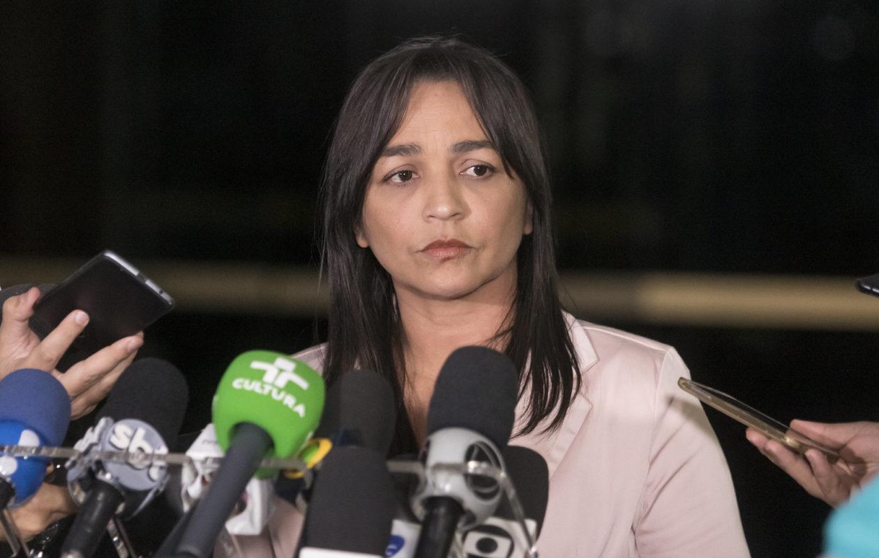 Eliziane Gama quer explicações de ministro sobre cortes no CNPq