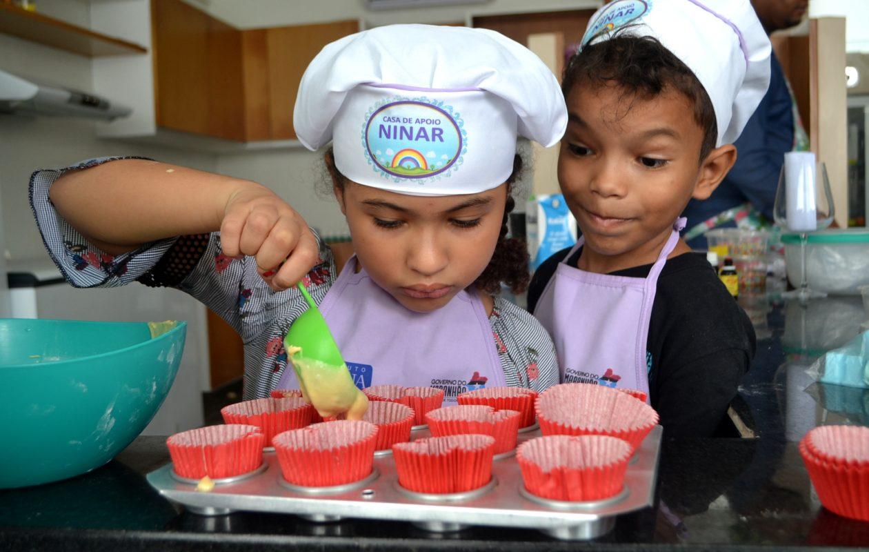 Crianças atendidas na Casa de Apoio Ninar participam de oficina culinária