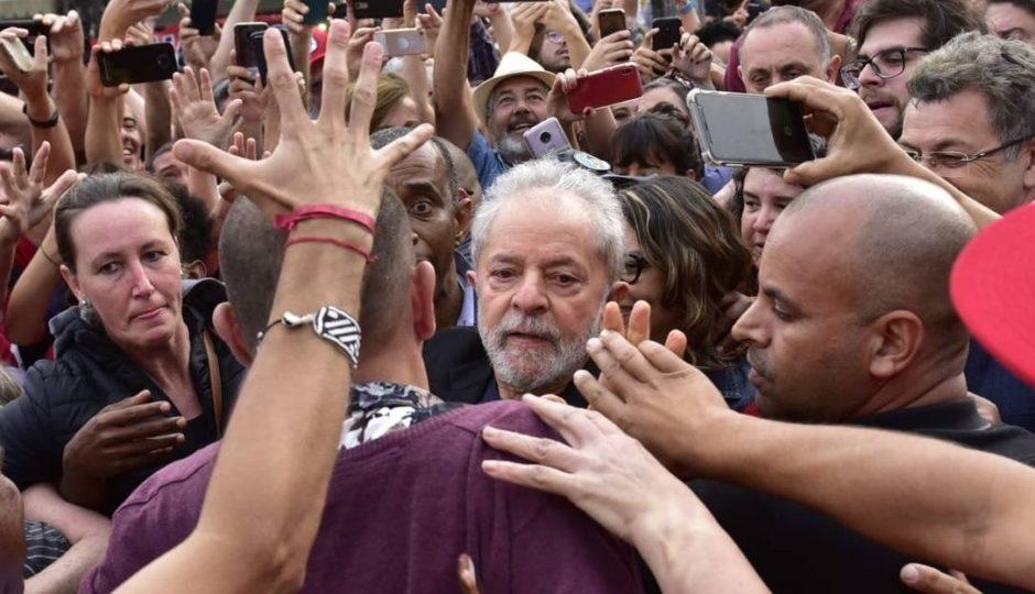 Lula é solto e deixa a Superintendência  da Polícia Federal