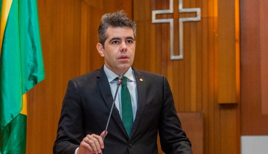Adriano diz que Dino traiu servidores com reforma da Previdência estadual relâmpago