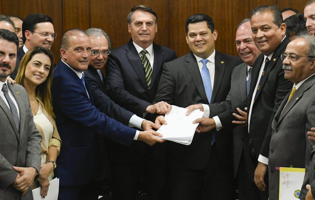 Bolsonaro entrega ao Senado pacote para mudar pacto federativo e regras fiscais