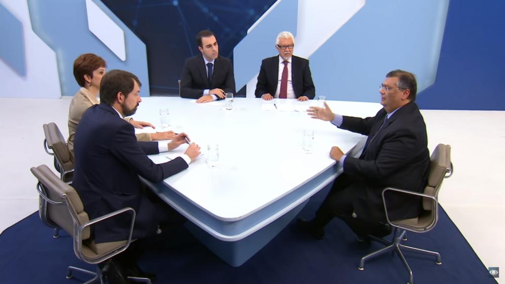 O governador Flávio Dino, sendo entrevistado pela bancada do programa Canal Livre, da Band