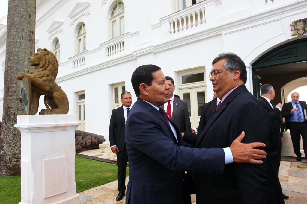 Dino defende que Mourão, que também comemora golpe de 64, assuma a Presidência