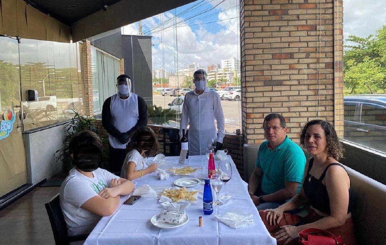 Em 1º dia de reabertura de restaurantes, Simplício Araújo aparece em foto sem máscara