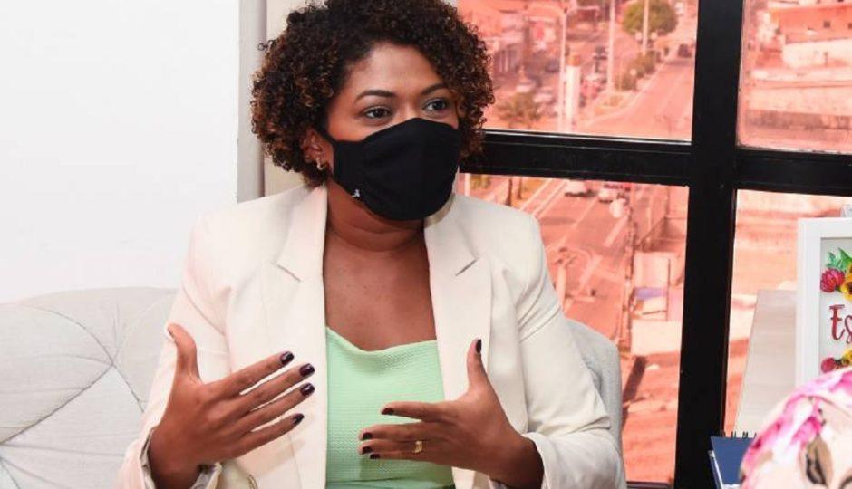Mesmo exonerada da Semed, Esmênia Miranda segue atuando irregularmente no cargo