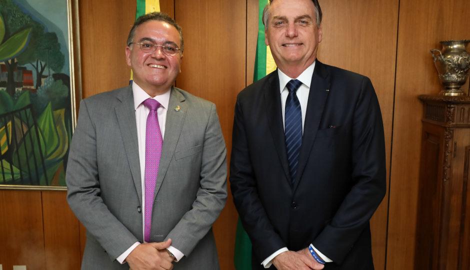 Roberto Rocha repete Jair Bolsonaro e desinforma sobre recursos da União para Manaus